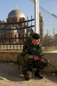 Vojnik KFOR-a cuva Hram Hrista Spasa , mart 2004